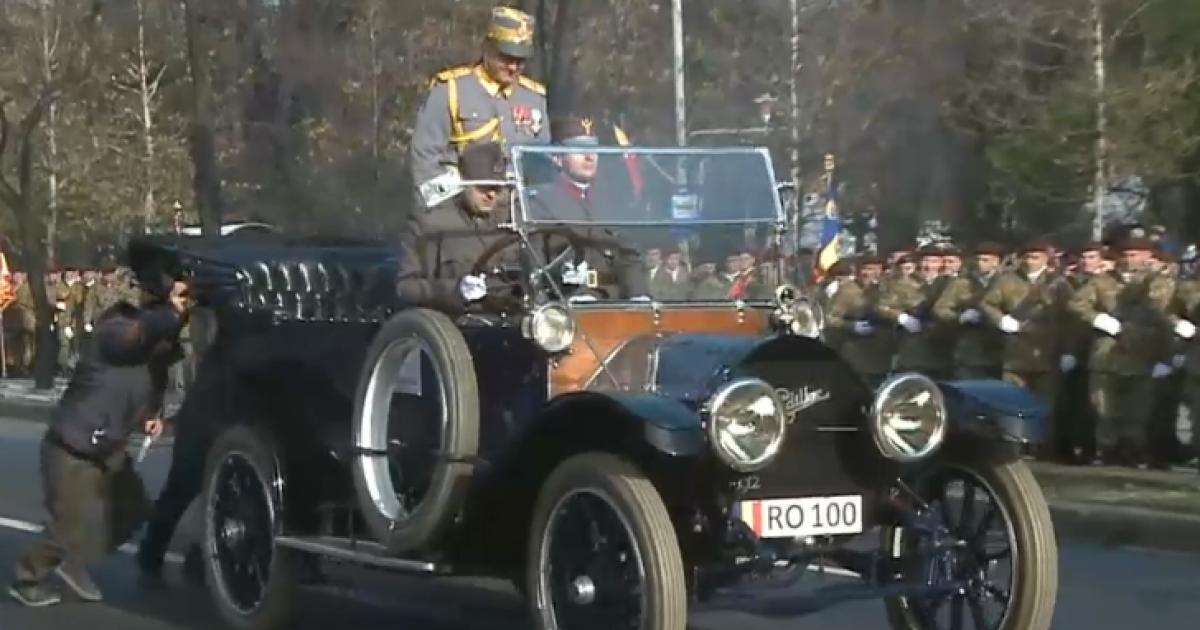 Lerobbant a parádén a száz éves Romániát szimbolizáló autó